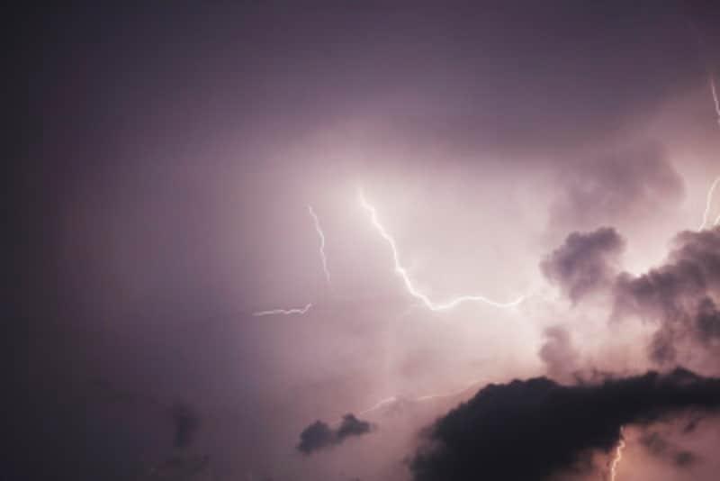 一人暮らしが帰省・旅行で長期間家を空けるときの注意点:夏は落雷の多い季節です。家に落ちてしまったとき、コンセントがささったままの家電は故障する危険があります。抜いておくと安心です
