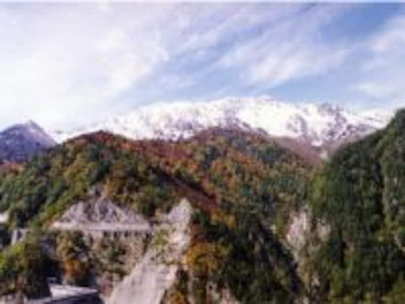 【富山】黒部ダム展望台から見上げる立山連峰の紅葉