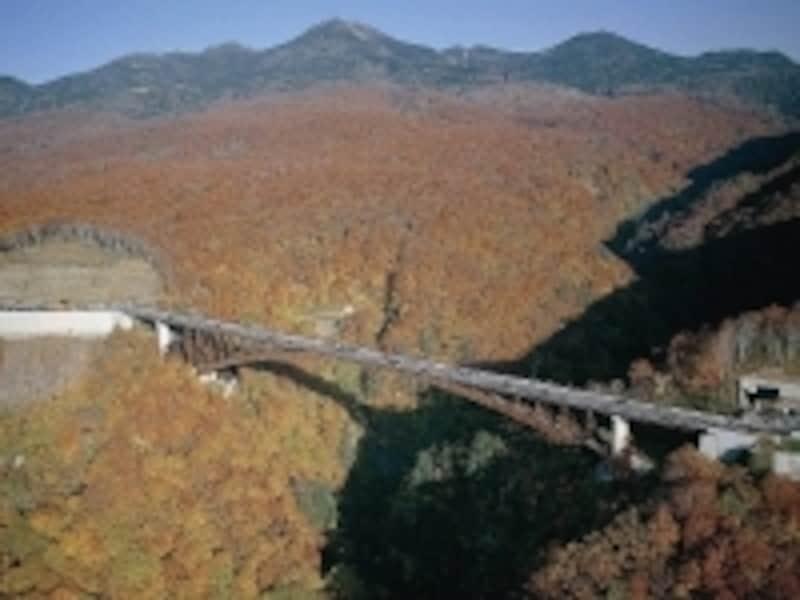 四季折々の雄大な眺望を堪能できる「城ヶ倉大橋」