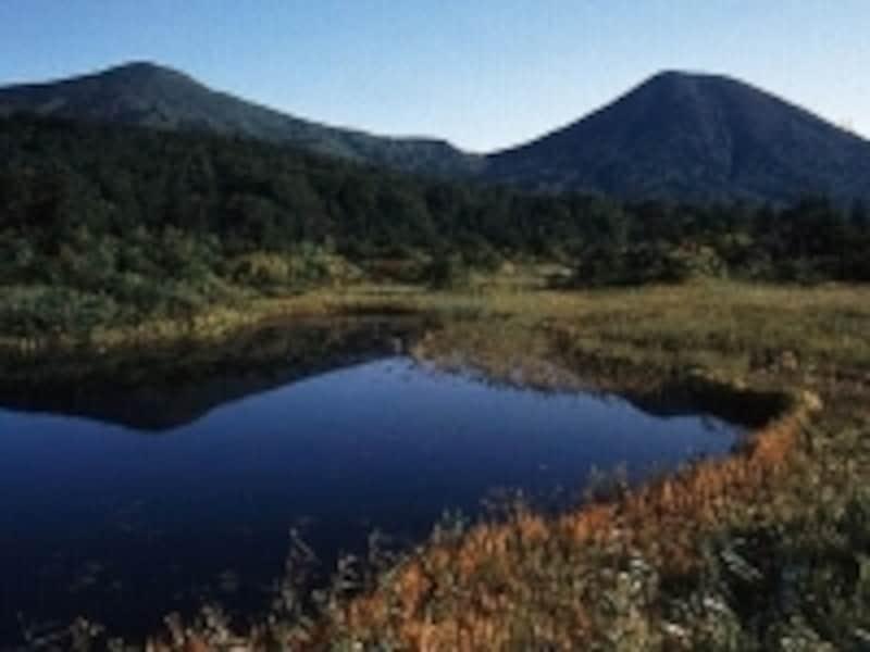 睡蓮沼から望む八甲田連峰。澄んだ沼面に映し出される姿が綺麗