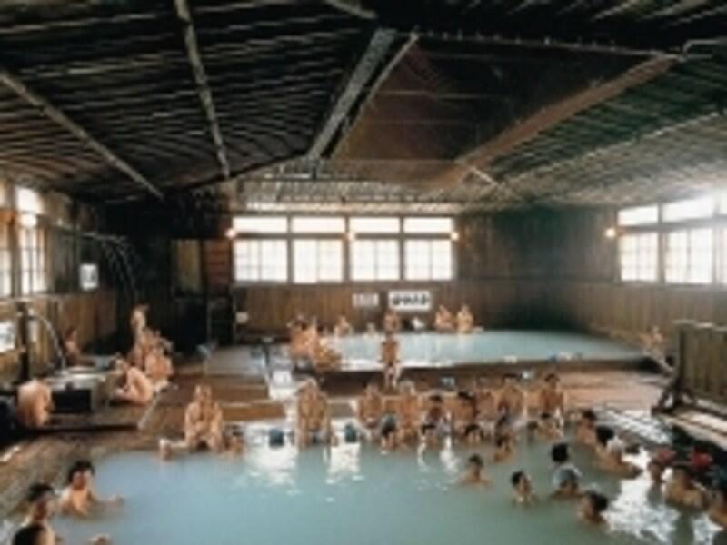 見た瞬間に圧倒される、総ヒバ造りの大浴場「千人風呂」