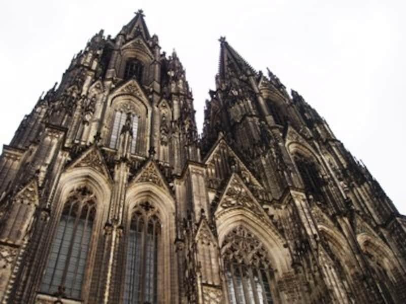 空に突き刺さりそうなケルン大聖堂の尖塔