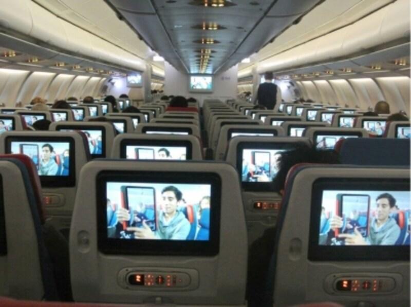 国際線のエコノミークラスのシート。中長距離路線ではシートごとにモニターがあるタイプが増え、快適度も改善されてきている。写真は、ターキッシュエアラインズ。