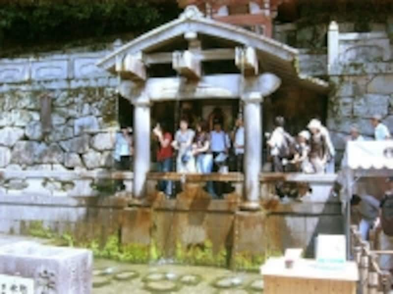 寺名の通り、境内の一角には水が湧き出る場所があります