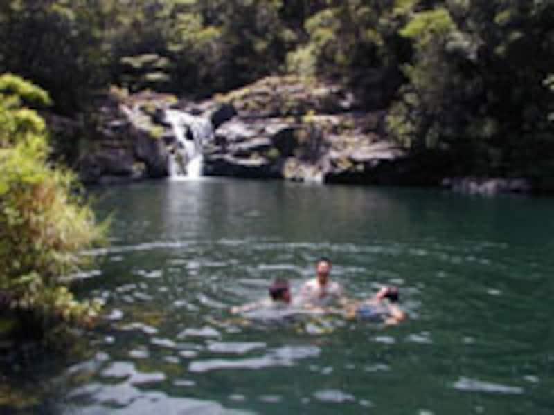 水遊びをして遊ぶ若者たち