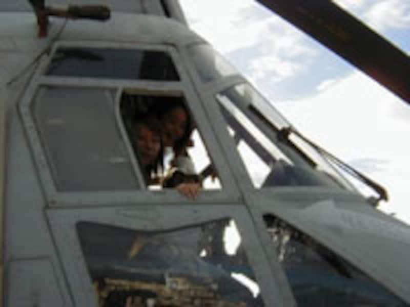 ヘリコプターの操縦席に座ることもできます