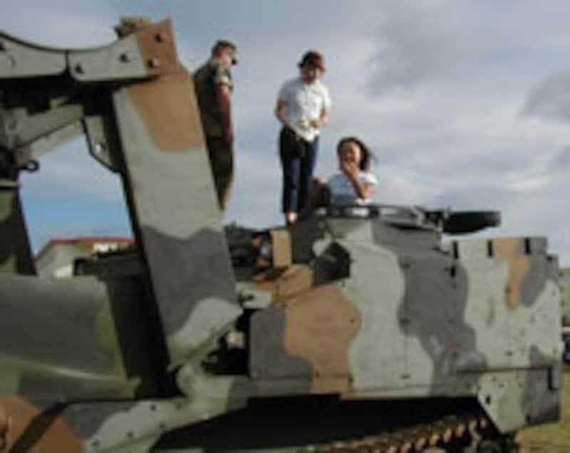 軍用トラクターの操縦もさせてくれました