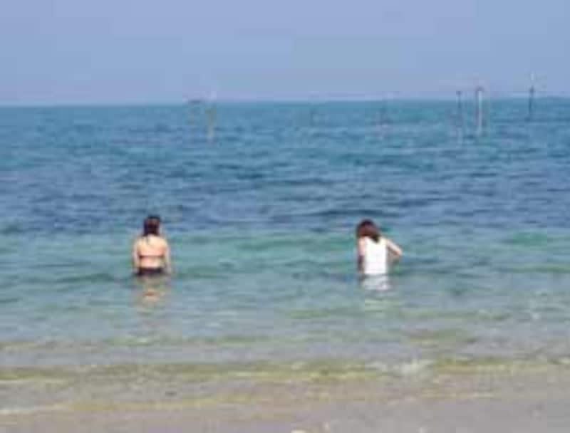 浜比嘉島のビーチで遊ぶ