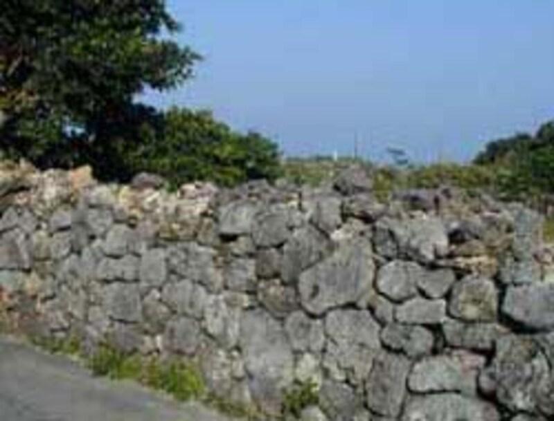 昔の石垣が所々に残る浜比嘉の集落