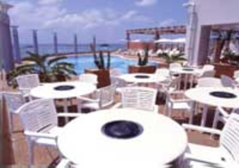 ホテルアトールエメラルド宮古島のプールサイド