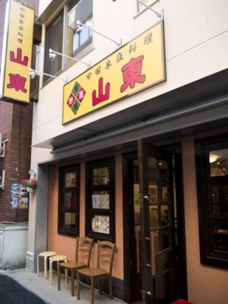 中華街大通りと広東道の間に見える、黄色看板が目印(2014年5月16日撮影)