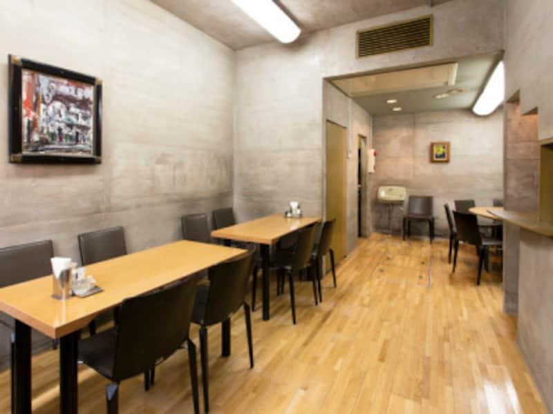 コンクリート打ちっぱなしでカフェのような慶華飯店の内観。半地下になっています。2階もあり(撮影:小林恵介)
