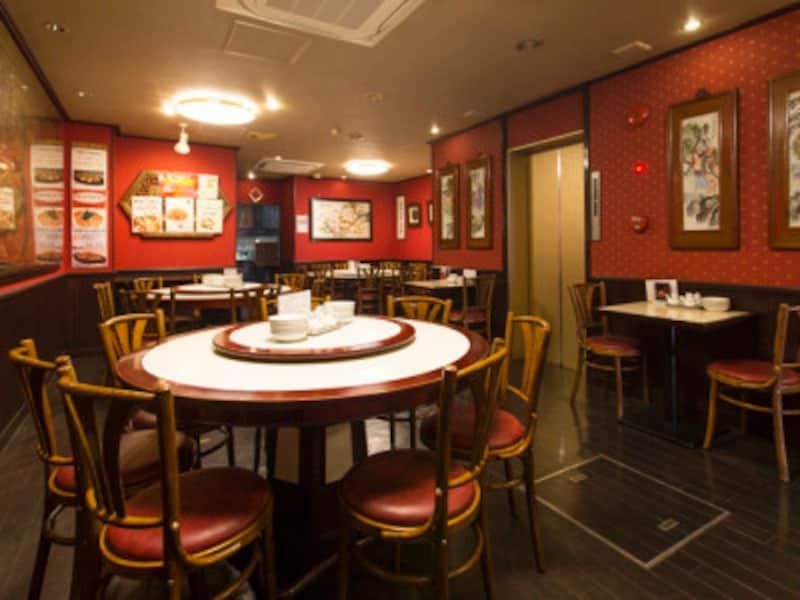 東光飯店本館の内観。中華街らしい、赤を基調としたインテリア&円卓(撮影:小林恵介)