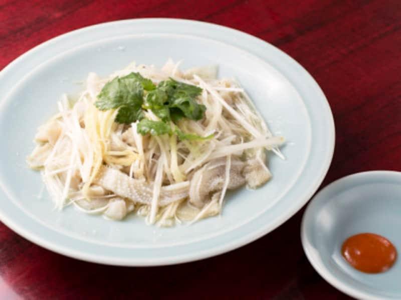 楽園のモツ料理でおすすめなのが、牛モツ(センマイ)のネギショウガ和え(1500円)。新鮮で手間ひまかけて下ごしらえすることで、センマイがこんなに真っ白に!(撮影:小林恵介)