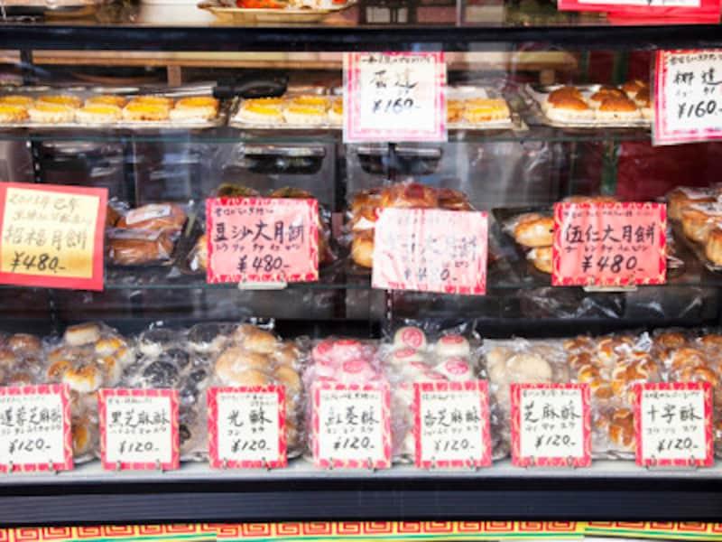 紅棉のショーケースには、中国菓子がずらり!どれにしようか、迷います(撮影:小林恵介)