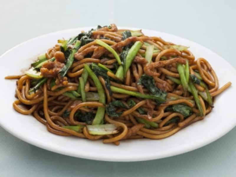 萬来亭の一番人気、上海やきそば(780円)。自家製の太麺を使った焼きそばは、食べ応えあり(撮影:小林恵介)
