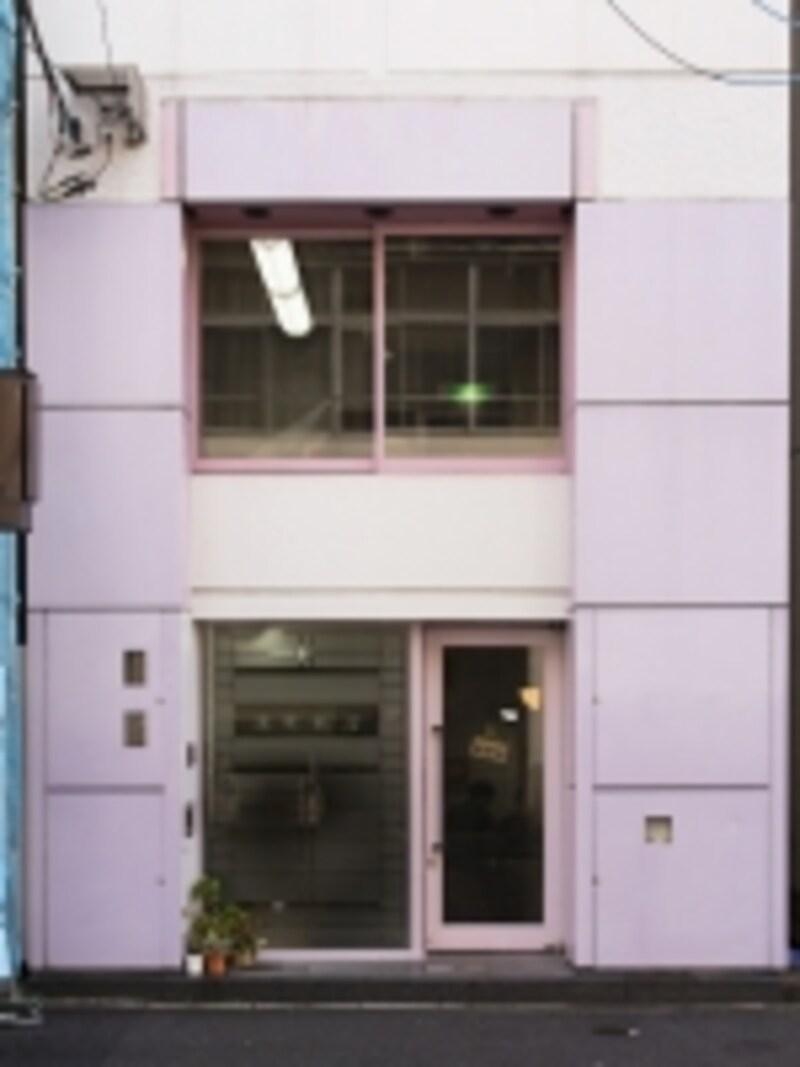 中国料理店らしからぬ慶華飯店の外観。看板もメニューも外に出ていませんので、見逃さないよう(撮影:小林恵介)