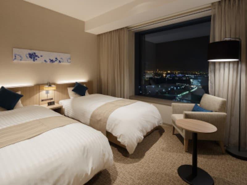 ベイサイドのお部屋からはみなとみらいの夜景を一望できます。画像のスーペリアツインは、お風呂、トイレ、洗面台がそれぞれ独立していて「使いやすい」と好評(画像提供:ホテルビスタプレミオ横浜)