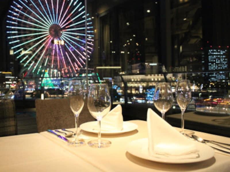 夜景をのぞむ窓側席はデートにおすすめ(画像提供:24/7restaurant)