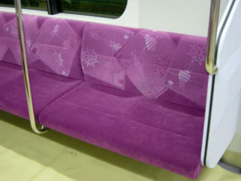 赤紫色のシートの柄は伝統産業である「横浜スカーフ」がモチーフ(2004年1月10日撮影)