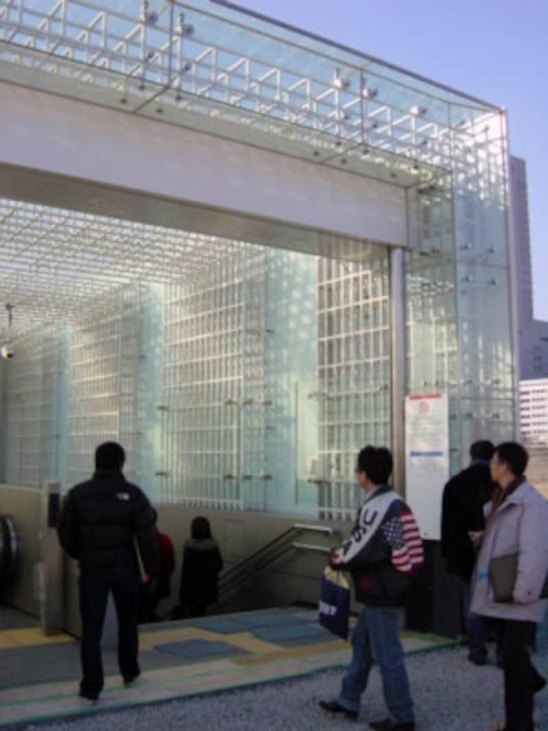 入口はニュートラルなボックスデザイン(2004年1月10日撮影)