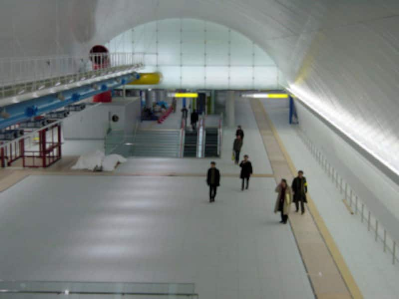真っ白い空間はギャラリーとしての機能を兼ね備えています(2004年1月10日撮影)