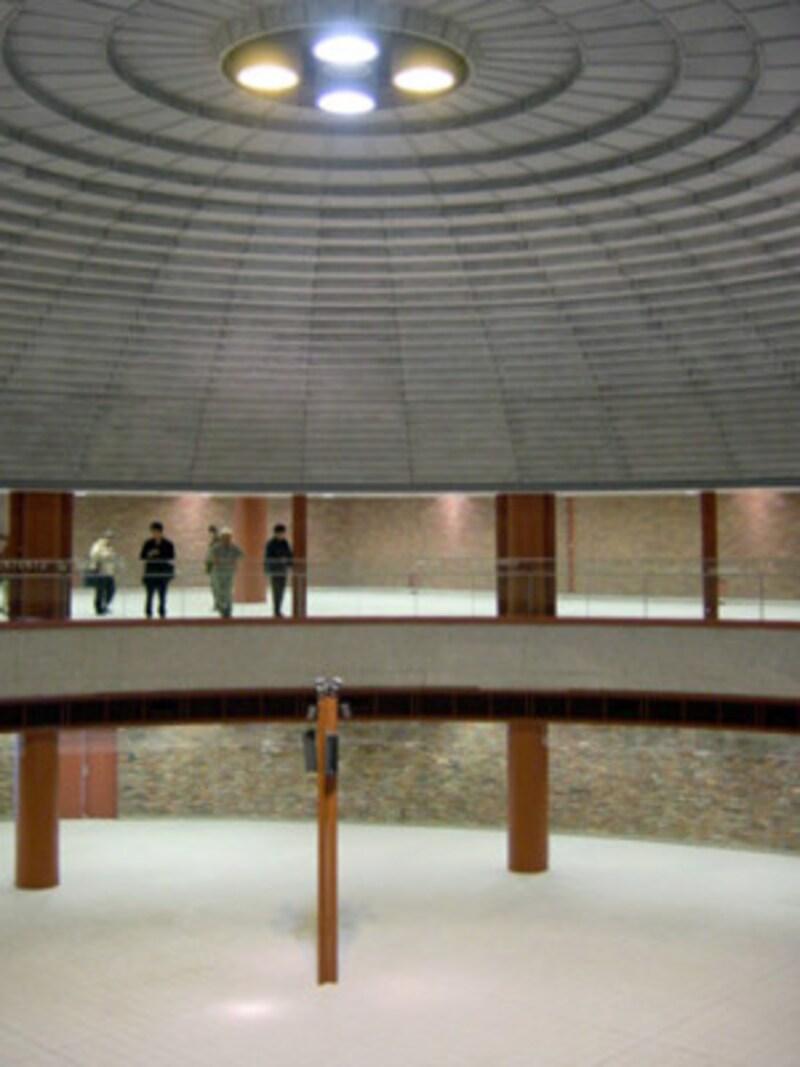 改札前は直径24mもあるドーム型吹き抜け空間に(2004年1月10日撮影)