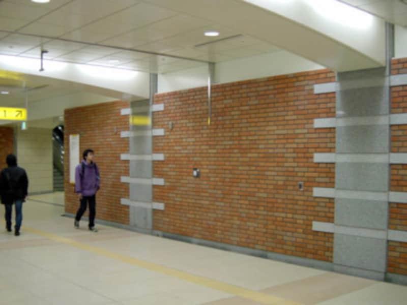コンコースの壁には、歴史的建造物を象った模様が入っています(2004年1月10日撮影)