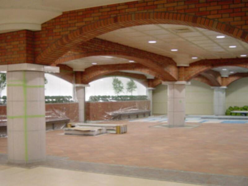 レンガのアーチとテラコッタタイルの床が施されている待合スペース(2004年1月10日撮影)