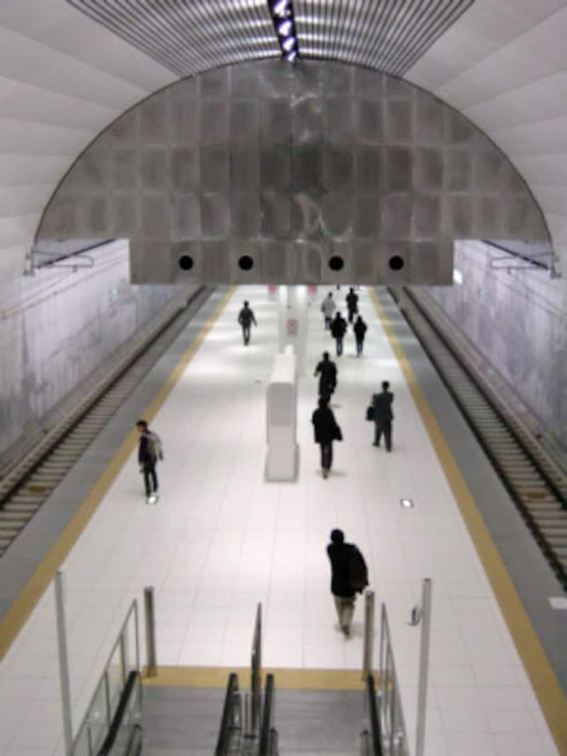 真っ白な壁に「居留地時代の街並み」が描かれているホーム(2004年1月10日撮影)