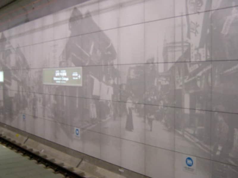 図版が焼き付けられているタイルは1メートル角の大きさ(2004年1月10日撮影)