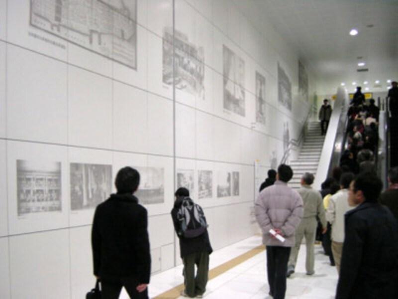 「居留地時代から現代までの街と人と暮らし」を描いたコンコース。エリアによって3つのテーマに分けられています(2004年1月10日撮影)