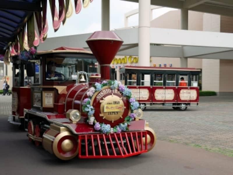 八景島あじさい祭の期間中に園内を運行する「あじさいトレイン」(2016年6月19日撮影)