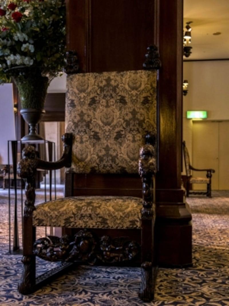 ロビー奥には、天使を模した彫刻が施されたアンティーク(横浜家具)の肘掛け椅子がさりげなく置かれています。天使に触れた者は幸福を得られるという言い伝えがあるのだとか(2016年10月3日撮影)