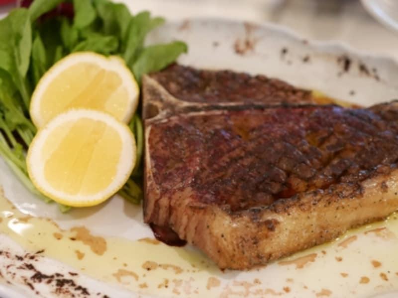 「Tボーンのグリエレモン添え」は、牛肉の産地が多いイタリア中部のメニュー(2016年10月3日撮影)