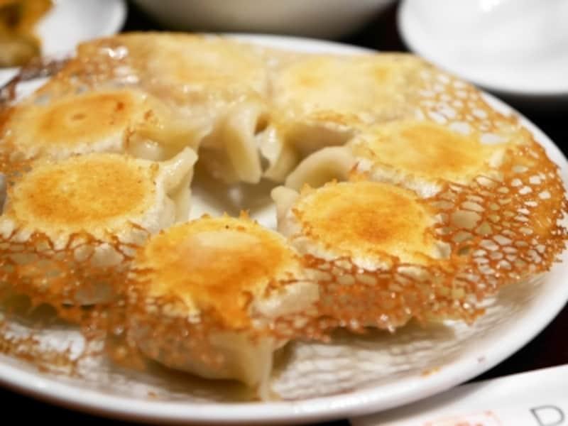 パリパリの羽根がついた「大連焼餃子(7個630円税別)」。ランチセットは960円(ごはん、スープ、サラダ、漬物付き)(2017年10月14日撮影)