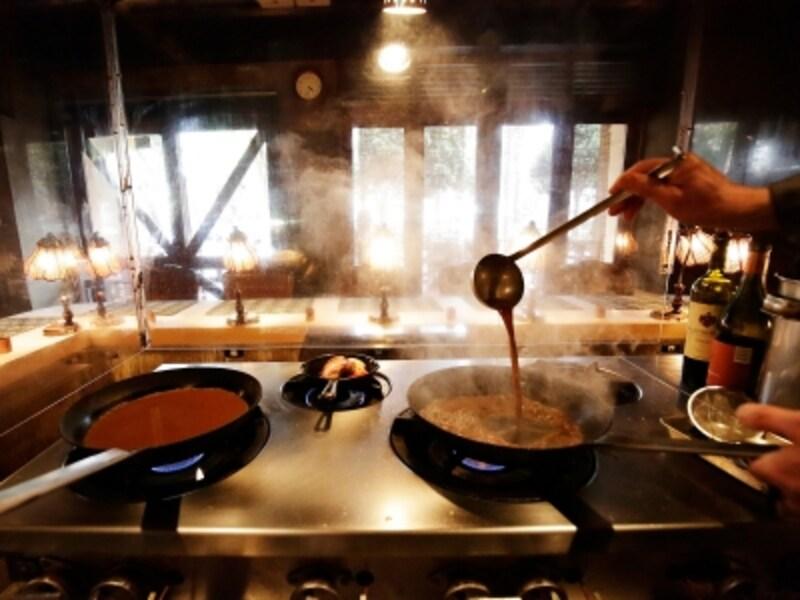 オープンキッチンスタイルで調理する様子が見られます(画像提供:ブライダルプロデュース)
