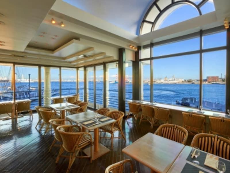 海に浮かぶ「ぷかりさん橋」にあるレストランならではの眺望とともに、カジュアルなメニューが楽しめます(画像提供:ヨコハマグランドインターコンチネンタルホテル)