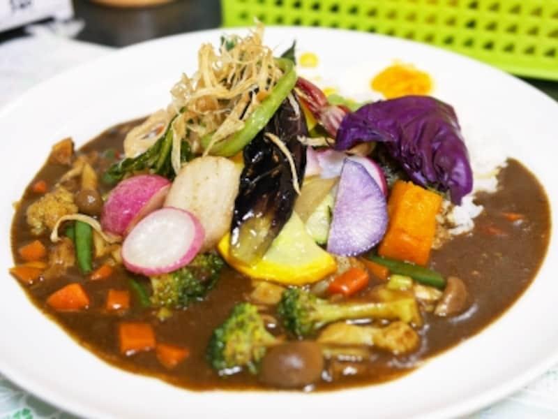 30種類以上の季節の野菜がトッピングされる「野菜カレー(1200円税込)」。1日限定20食(2016年5月29日撮影)
