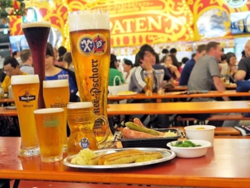 「横浜オクトーバーフェスト」では、本場ドイツの珍しいビールが楽しめるのも人気(2016年9月30日撮影)
