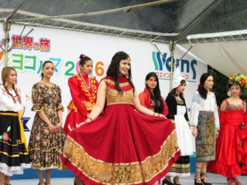 各国の民族衣装が見られる「ワールドファッションショー」(2016年)の様子(画像提供:横浜商工会議所)