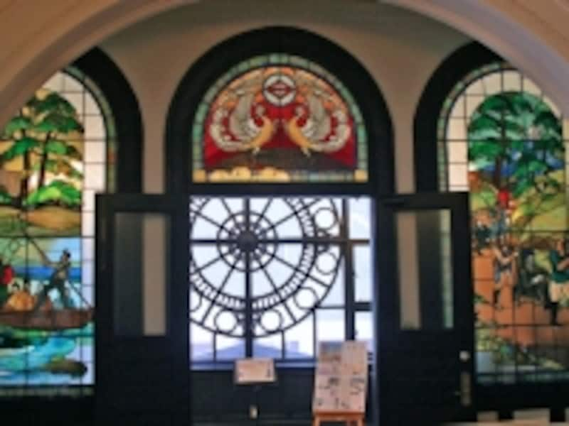 2階ホールにあるステンドグラス。ここが資料コーナーの入口です