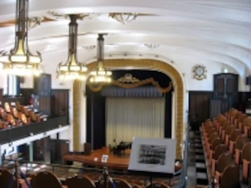 1階にある講堂。通常は集会やコンサートなどに使われていますが、毎月15日の一般公開日に見学できます