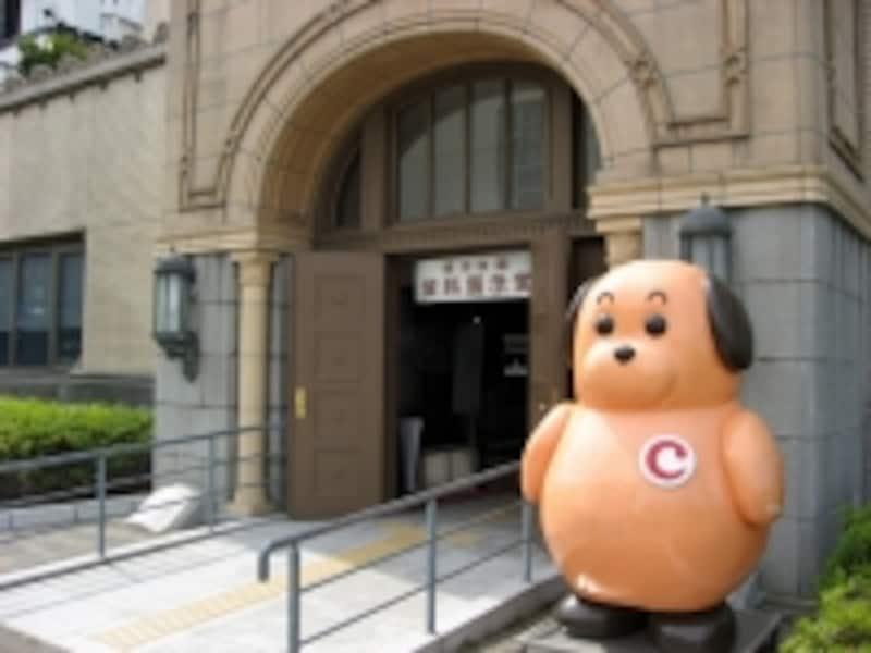 1階は資料展示室「クイーンのひろば」。入口を守るのは、税関のイメージキャラ・カスタム君