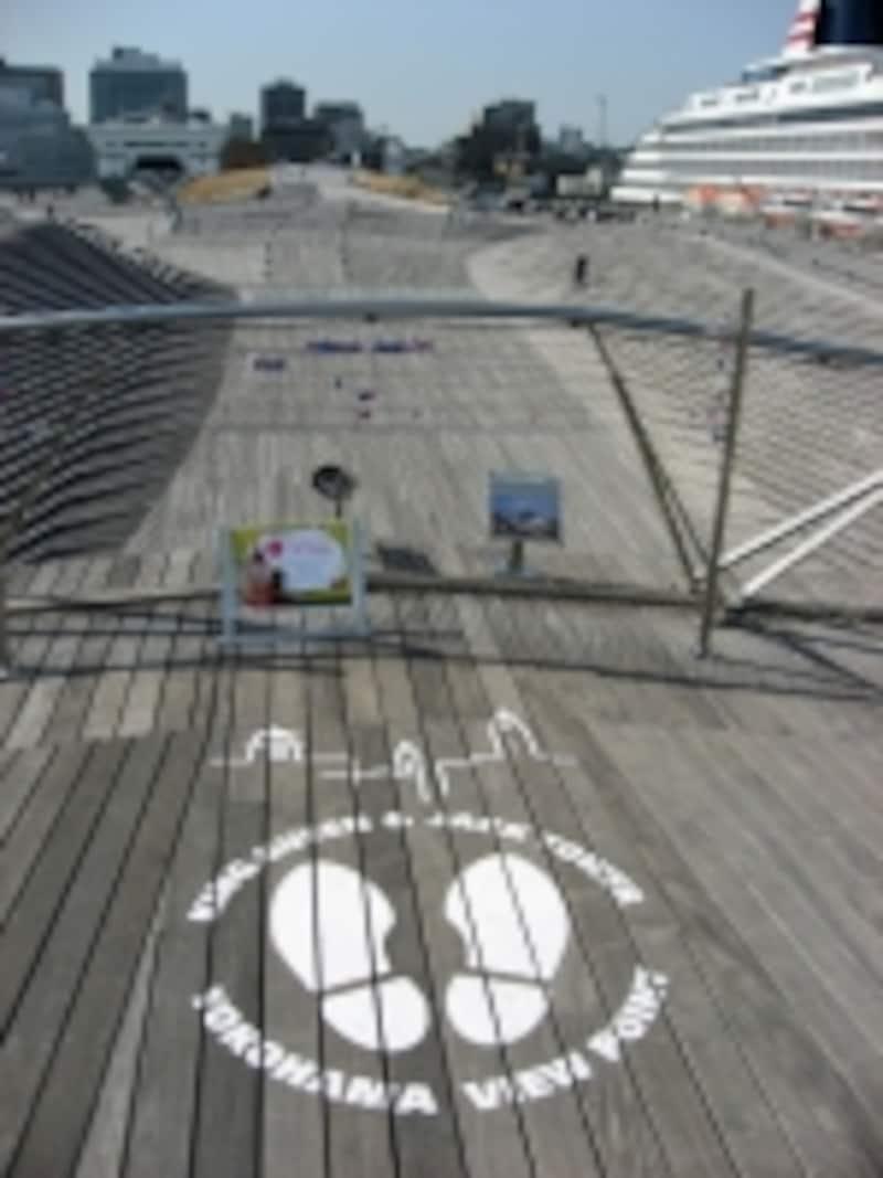 大さん橋の横浜三塔物語スポット。どんどん上がっていくので、結構距離があります