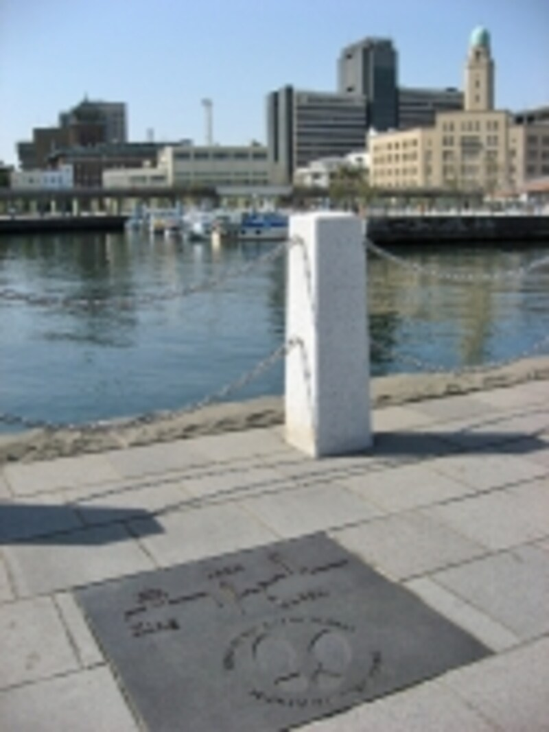 象の鼻パークにある横浜三塔物語スポットは、ジャックの先端がギリギリ見える!