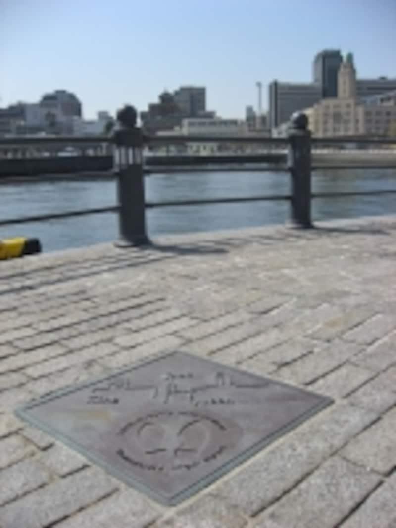 赤レンガパークの海側の端っこにある、横浜三塔物語スポット