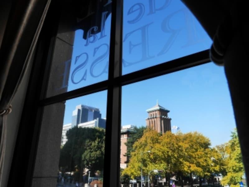 イチョウ並木が見える「カフェドゥラプレス」は窓側席がおすすめ(2017年10月27日撮影)