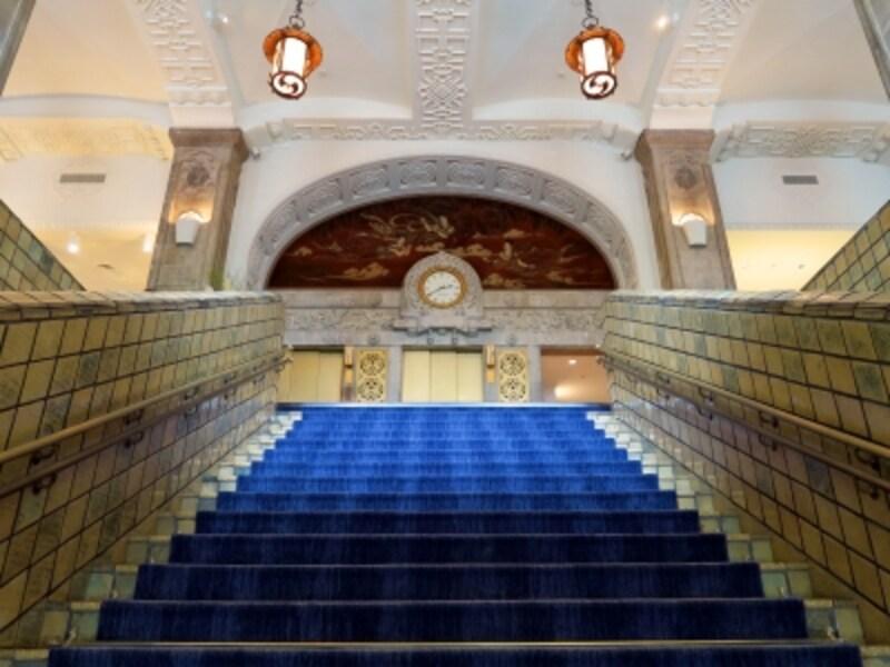 ホテルニューグランド本館は1927(昭和2)年開業当時の姿がそのまま残されています。ホテルの顔である大階段(2016年10月3日撮影)