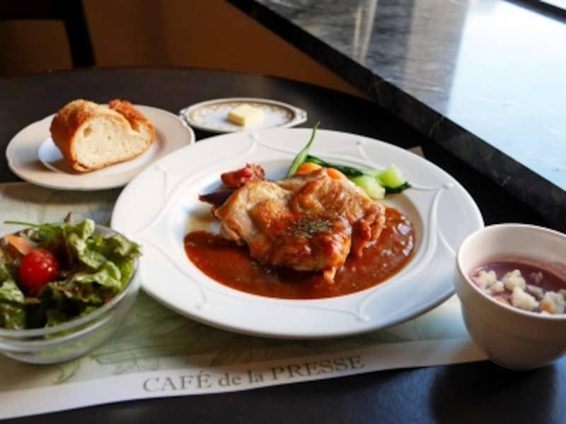 日替わりランチはメイン+スープ+サラダ+パン+ミニデザートで1080円(税込)。200円プラスで食後のコーヒーまたは紅茶がつけられます(2017年10月27日撮影)